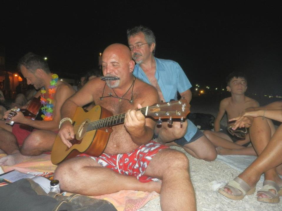 max suona chitarra i spiaggia